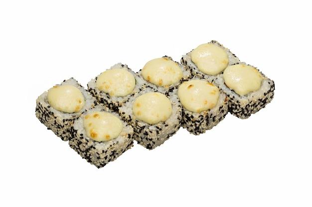 Rotoli di sushi caldi con sesamo bianco e nero, al forno con salsa.