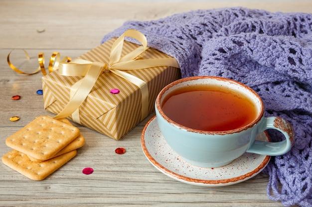 Sciarpa e biscotti lavorati a maglia del regalo del tè caldo