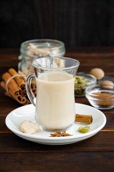 Tè caldo con tè masala indiano al latte
