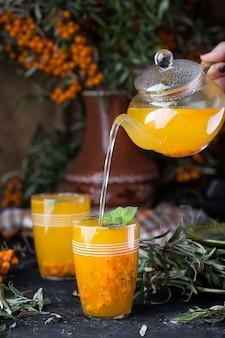 Tè caldo con olivello spinoso