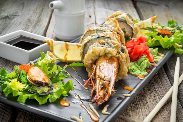 Rotolo di tempura caldo con gamberi e formaggio, gamberetti in tempura