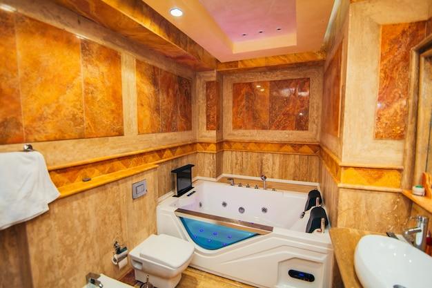 Vasca idromassaggio in bagno l'interno di un bagno a parte