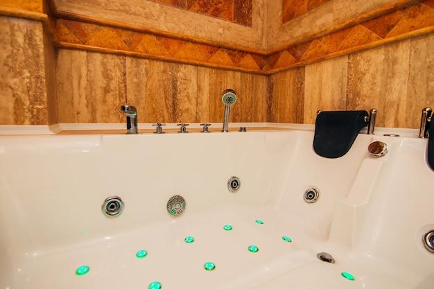 Vasca idromassaggio in bagno l'interno di un bagno in appartamento