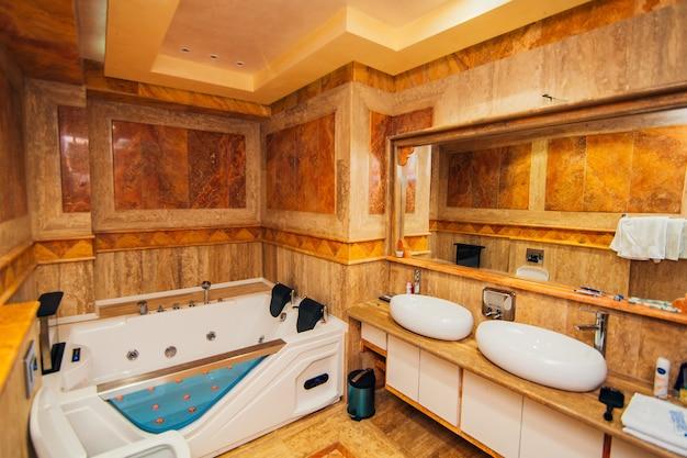 Vasca idromassaggio in bagno l'interno di un bagno