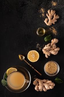 Bevanda calda vitaminica a base di zenzero macinato, limone e miele