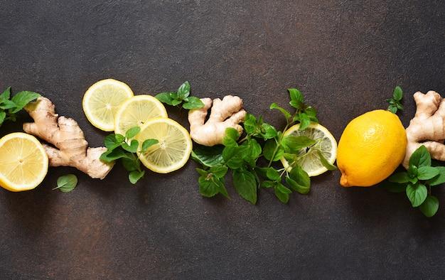 Bevanda calda invernale. tè al limone, miele e menta. ingredienti per preparare il tè.