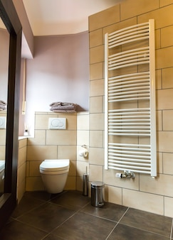 Interno del bagno dell'hotel, bagno, turismo in europa. mobili da motel europei per l'igiene personale, appartamento per il tempo libero confortevole, nessuno