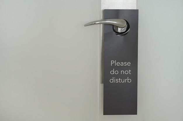 La porta dell'hotel con l'iscrizione non disturba