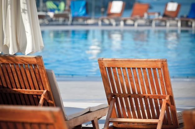 Sedie a bordo piscina dell'hotel. inquadratura orizzontale