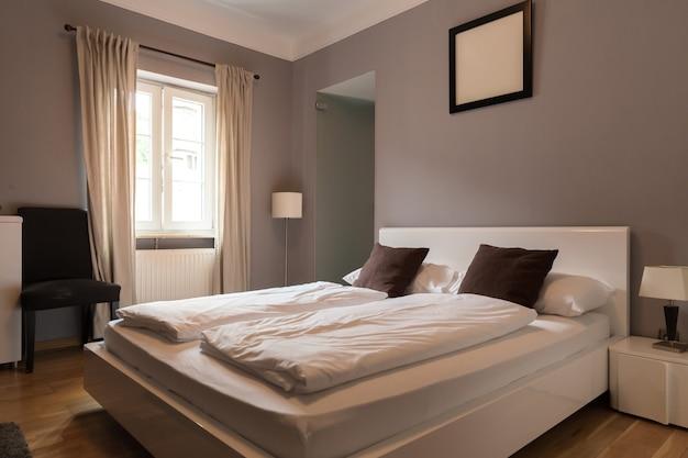 Interno della camera d'albergo, camera da letto, turismo europeo. mobili da motel europei, appartamento per il tempo libero confortevole, nessuno