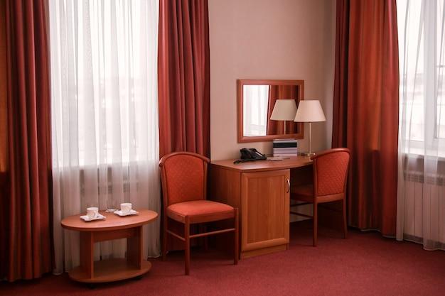 Lampada da tavolo e specchio interni della camera d'albergo