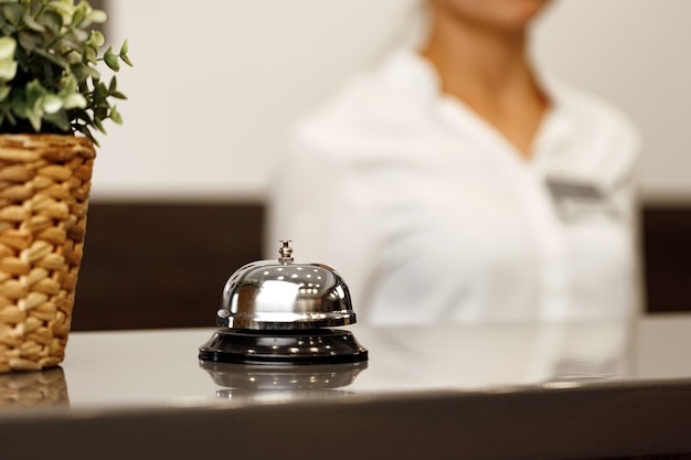 Campanello di servizio dell'hotel sul bancone della reception si chiuda