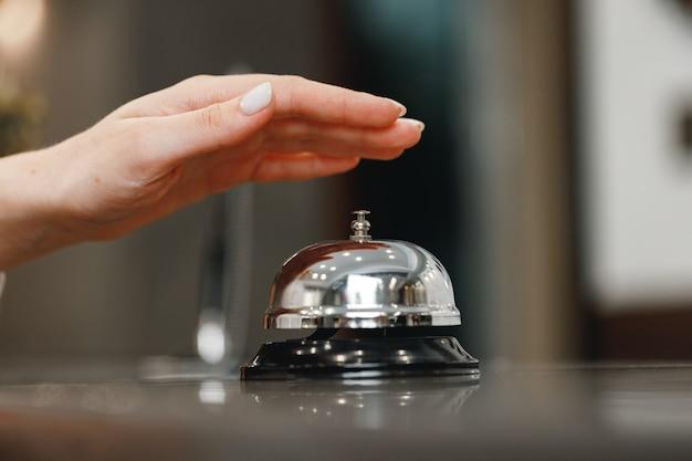 Campanello di servizio dell'hotel sulla fine del bancone della reception