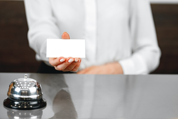 Campanello di servizio dell'hotel sul bancone della reception