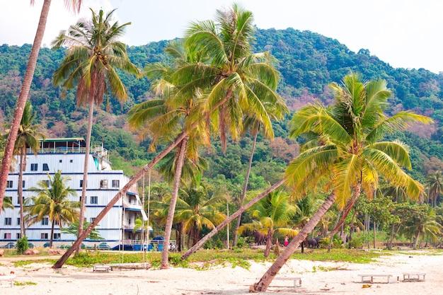Hotel a forma di nave in riva al mare a koh chang, una vacanza esotica nella giungla dell'asia
