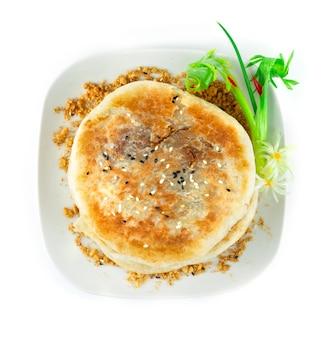I pancake dolci coreani hotteok sono uno degli snack coreani più popolari del cibo di strada. ripieno a base di zucchero di canna, cannella e arachidi decorare cipollotto e porro intagliato