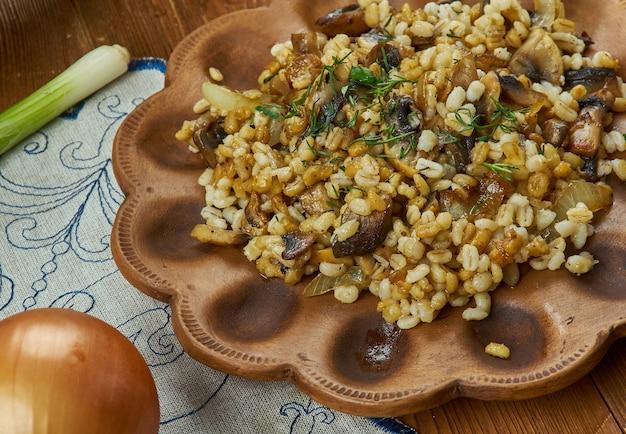 Houbovy kuba, a base di funghi, orzo, cipolle caramellate e aglio e speziato con maggiorana e cumino, cucina ceca, piatti tradizionali assortiti, vista dall'alto.