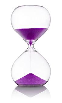 Clessidra con sabbia viola su sfondo bianco