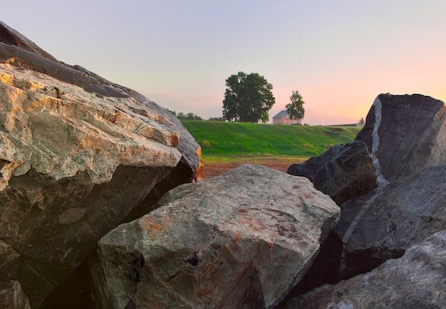 Una casa tra grandi pietre