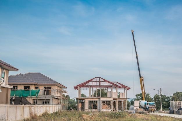 Costruzione di una casa in cantiere con camion gru