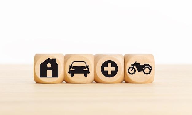 Icone di casa, auto, salute e bici su blocchi di legno tipi di concetto di assicurazione