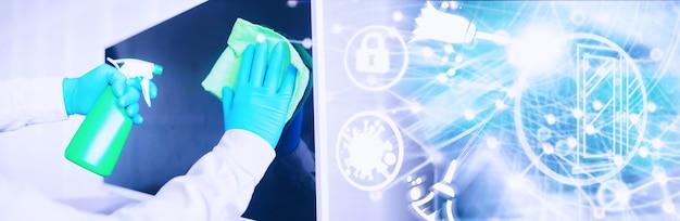 Concetto di pulizia della casa. pulisci la polvere dalle superfici. trattamento disinfettante delle maniglie delle porte tv elettriche. trattamento sanitario a casa in quarantena.