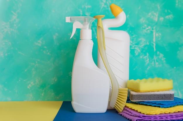 Prodotti per la pulizia della casa. concetto di pulizia e pulizie di primavera.