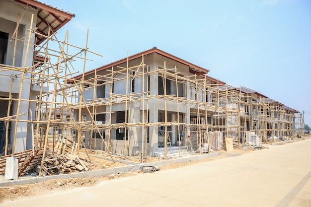 Casa in costruzione con struttura in blocchi di cemento cellulare autoclavato in cantiere
