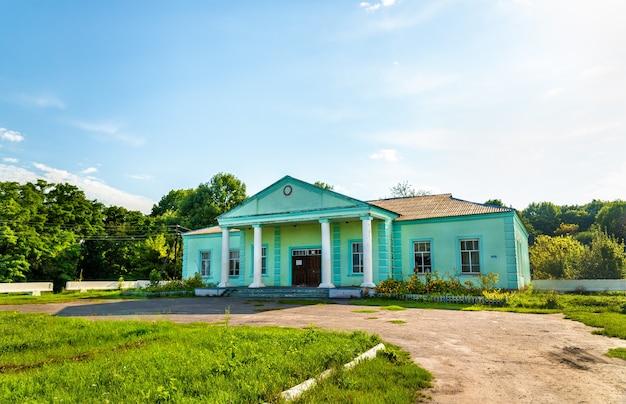 Casa della cultura nel villaggio di ostanino nella regione di kursk in russia