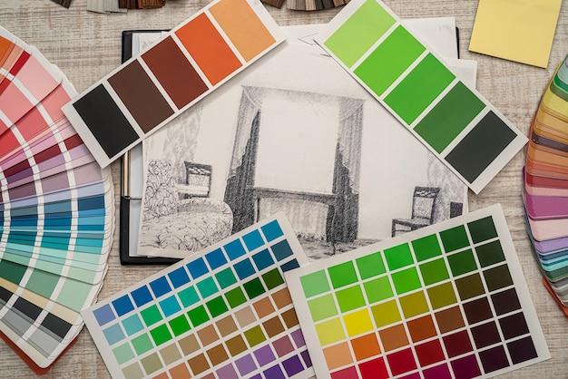 Disegno della casa con campioni di colore, matita per lavori di ristrutturazione, industria