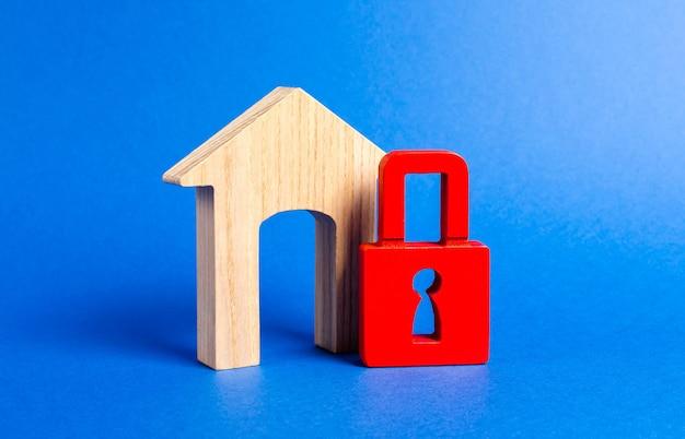 Figurina di casa con grande portone e lucchetto rosso sicurezza e sicurezza confisca per debiti sistema di allarme sequestro di proprietà