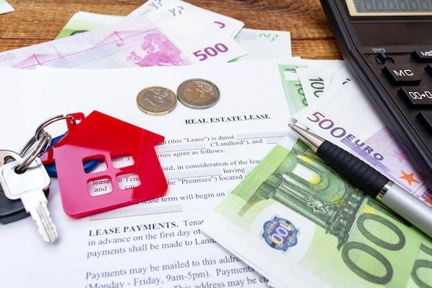 Casa casa proprietà immobiliare contratto di locazione contratto di locazione penna soldi monete chiavi
