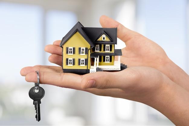 Casa in mano umana sullo sfondo