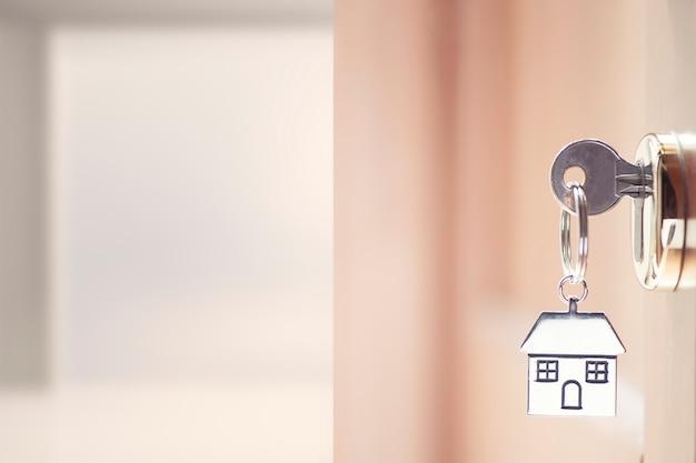 Chiave di casa nella porta