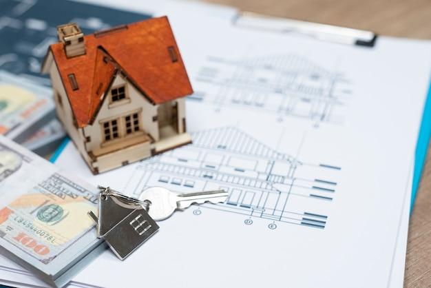 Chiave della casa su un riposo a forma di portachiavi a forma di casa