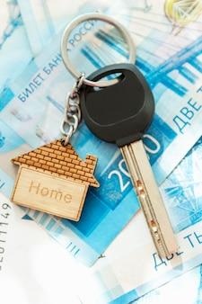 Le chiavi di casa sono sulle bollette. rubli russi. mutui, prestiti e risparmi. avvicinamento. verticale.
