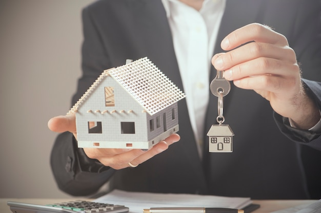 Chiavi di casa e concetto di casa modello per la vendita o il trasloco