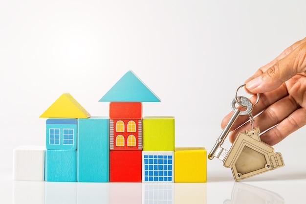Chiavi di casa con portachiavi a forma di casa e mini casa
