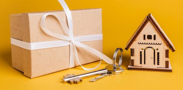 Modello in miniatura di casa, regalo e chiavi