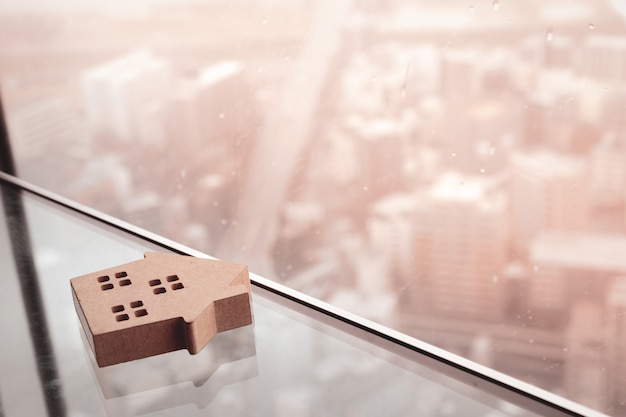 Modello di casa sul tavolo di vetro