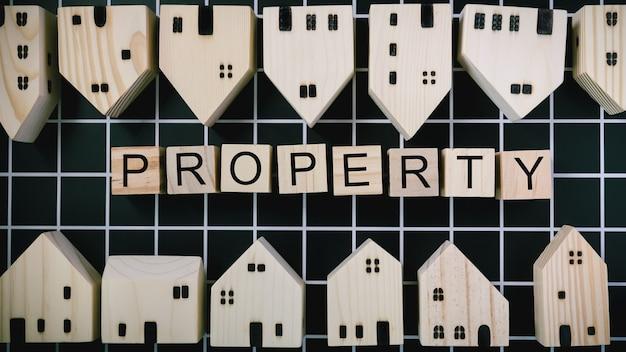 Modello di casa vicino a blocchi con testo di proprietà