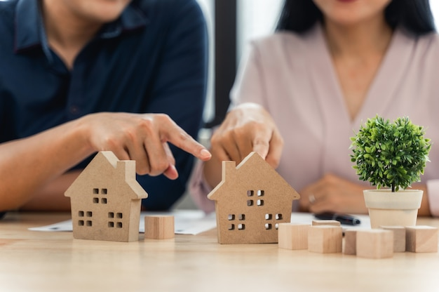 Modello di casa con contratto del cliente per l'acquisto della casa