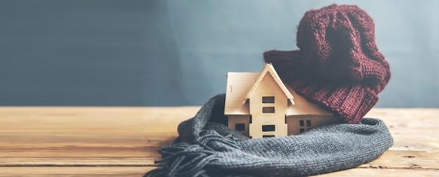 Modello di casa con caldo sulla scrivania