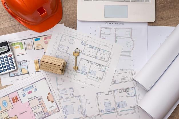 Modello casa con chiave su progetto stampato