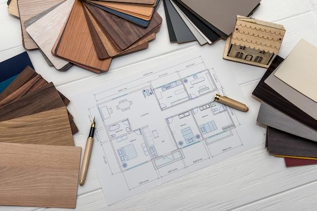 Modello di casa con campionatori in legno per decorazione e progetto