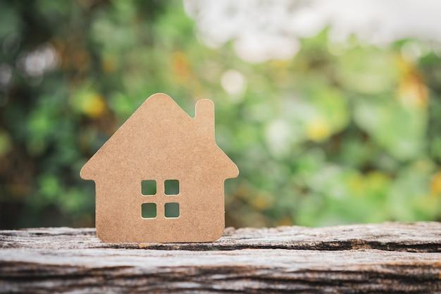 Modello di casa sul tavolo di legno.