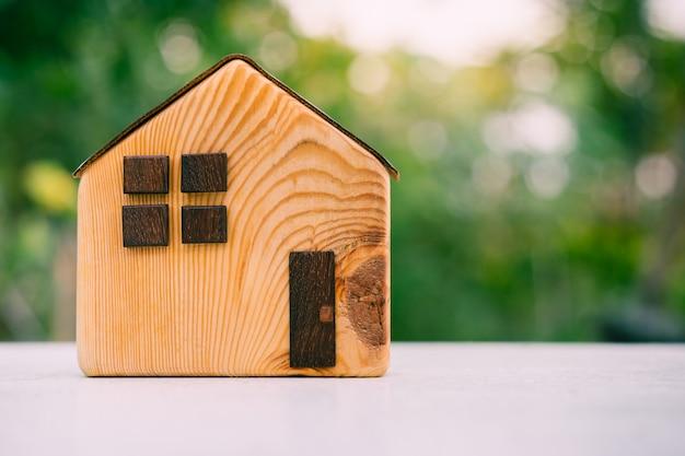 Modello di casa su tavola di legno