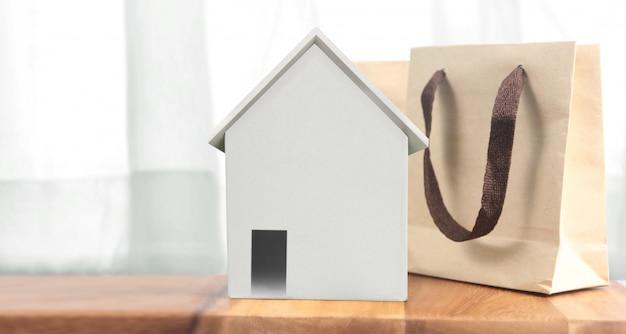 Modello di casa su spazio in legno lì. concetto di casa, alloggio e immobiliare