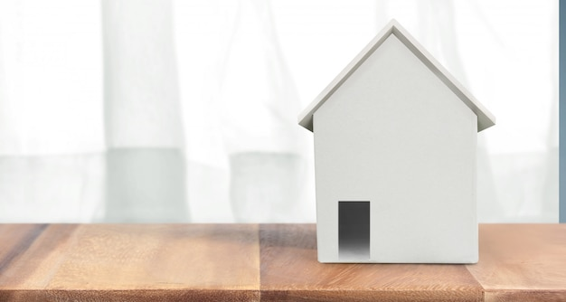 Modello della casa su di legno là spazio. concetto della casa, dell'alloggio e del bene immobile