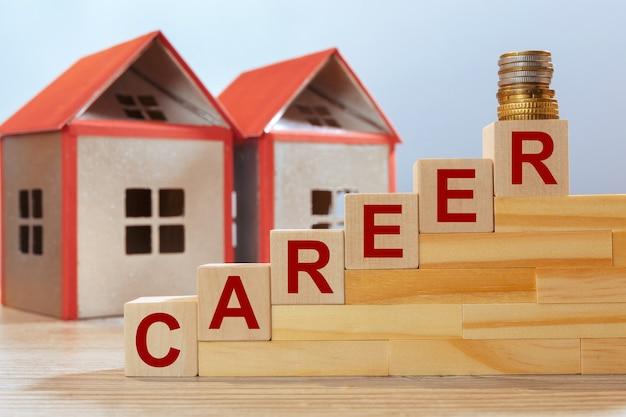 Modelli di casa e iscrizione su cubi di legno - carriera. concetto di investimento immobiliare.